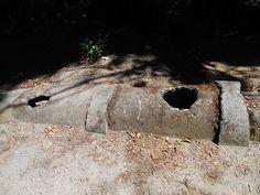 Cañería rota junto a las ruínas de la Casa de Vacas