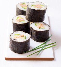 Recepty: Domácí maki sushi s tuňákem a okurkou Thing 1, Sushi, Ethnic Recipes, Desserts, Food, Tailgate Desserts, Deserts, Essen, Postres