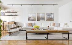 Linhas retas e tons neutros definem décor em apartamento de jovem casal