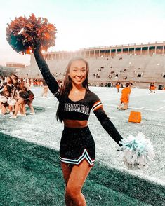 Cute Cheer Pictures, Cheer Picture Poses, Cheer Poses, Cute Poses For Pictures, Soccer Senior Pictures, Cheerleading Senior Pictures, Cheer Stretches, Cheers Photo, College Cheer