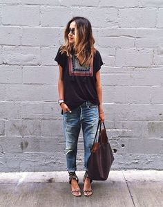 T-Shirt, Boyfriend-Jeans und große Tasche - geht immer!