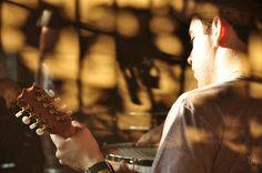 Assoprando a brasa by yumi shimada, via Flickr