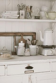 Mobile bianco per cucina e doghe