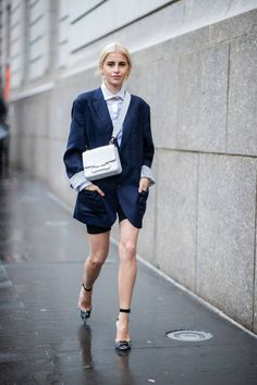 NEW YORK, NY - SEPTEMBER Caroline Daur wearing oversized navy blazer, cycle pants, white bag, heels seen outside Carolina Herrera during New York Fashion Week Spring/Summer 2019 on September 2018 in New York City. (Photo by Christian Vierig/Getty Images) Street Style 2018, New York Street Style, Street Style Women, French Street Fashion, Cool Street Fashion, New York Fashion, Carolina Herrera, Blazer Fashion, Fashion Outfits