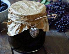 Cómo hacer mermelada de moras casera. ¡Aprovecha al máximo las moras silvestres! Esta deliciosa fruta puede convertirse en la aliada perfecta para tus tostadas, tus aperitivos o tus postres ya que, con ellas, puedes aprender a elaborar un... Marmalade Jam, Chilean Recipes, Chilean Food, Preserves, Blueberry, Food Photography, Berries, Good Food, Appetizers