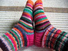 7 Veljestä-lankakerien lopuista syntyivät nämä värikkäät sukat syksyn varalle. Kummallista kyllä miten tässä kuumuudessa tulee e...