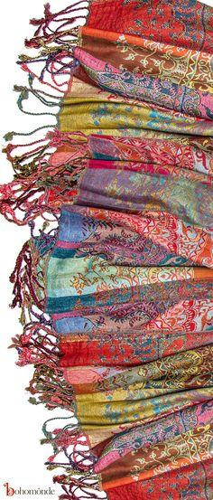 Pashmina - nikdy jich není dost! K dostání ve stáncích, v orientálních obchodech, kdekoliv. Ceny od 200,- Kč.