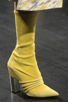 Prabal Gurung Fall 2017 Fashion Show Details – The Impression - Shoes New Style - Luxury Shoes - Shoes New Style - Luxury Shoes Pretty Shoes, Beautiful Shoes, Gorgeous Heels, Bootie Boots, Shoe Boots, Mode Shoes, Mellow Yellow, Comfortable Shoes, Carrie