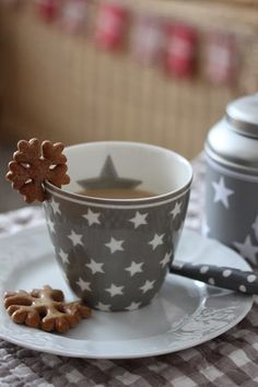 I should really try to bake cookies with gaps like this one! A functional idea if you don't have saucers that go with your mugs.