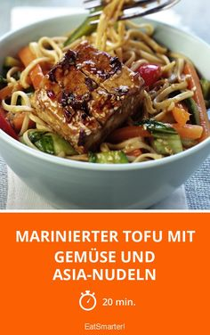 The Spicy glazed tofu, vegetables and noodles recipe out of our category Tofu! EatSmarter has over healthy & delicious recipes online. Going Vegetarian, Vegetarian Recipes, Healthy Recipes, Greenbean Casserole Recipe, Casserole Recipes, Chickpea Coconut Curry, Tofu Dishes, Marinated Tofu, Vegan Meal Prep
