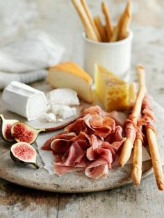 Entertaining for dinner cocktail birthday party cheese antipasto platter with chevre cheese, fresh figs, grissini, prosciutto, hard cheese Think Food, Love Food, Plateau Charcuterie, Charcuterie Board, Snacks Für Party, Cheese Platters, Cheese Snacks, Cheese Party, Appetisers