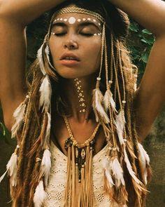 Small white feathers headpiece ☁️☁️☁️ necklace by Native American Makeup, Native American Girls, Native American Fashion, American Art, American History, Style Boho, Look Boho, Boho Chic, Bohemian