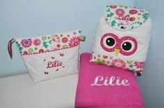 Box cadeau:Trousse de toilette + serviette fucshia+sac à dos chouette personnalisées brodée pour naissance,anniversaire,noel : Sacs enfants par lbm-creation
