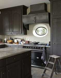 Mooie keuken met donkere kleuren.