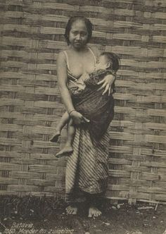 Photo of Javanese Woman Breast Feeding in Batavia - Jakarta - Pictures With Meaning, Old Pictures, Old Photos, Breastfeeding Art, Mother Images, Dutch East Indies, Javanese, Tribal Women, Historical Pictures