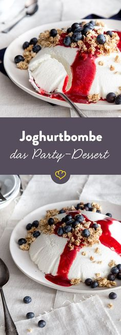 Cremige Joghurtbombe – das luftige, fruchtige Party-Dessert So fluffy, so creamy, so easy, so light: the classic yogurt bomb with fruity berries and crispy granola is the dessert for the next party. Dessert Party, Party Desserts, Party Snacks, Dessert Food, Dessert Simple, Healthy Dessert Recipes, Brunch Recipes, Yogurt, Holi Party