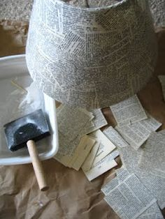 What a nice idea to give old lamps new life: glue book or newspaper pieces to the shade. Find more inspiration and DIY lamp tutorials at www. Book Crafts, Arts And Crafts, Diy Crafts, Diy Abat Jour, Magazine Deco, Deco Studio, Christmas Sheet Music, Glue Book, Old Lamps