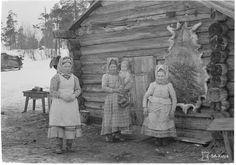 Skolt Sámi women with their children in Suonikylä Finland in 1942