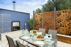 Terrassengestaltung - Metallzaun bietet Sichtschutz