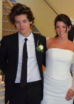 Harry styles is all smiles as best man at his mum anne cox's wedding Harry Styles Mum, Gemma Styles, Harry Styles Imagines, Harry Styles Pictures, Harry Edward Styles, Anne Cox, Cher Lloyd, Little Mix, Larry Stylinson