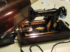 Vintage 1925 Singer Sewing Machine With Carrying Case