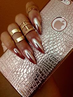 Gold nail art designs are perfect for fall and they include rose gold, black and gold, stiletto nails, coffin nails, and much more. Sexy Nails, Hot Nails, Fancy Nails, Hair And Nails, Metallic Nails, Acrylic Nails, Gel Nail, Gold Stiletto Nails, Nail Glue