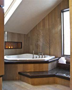 Jacuzzi rustikales Badezimmer design dachschräge eckwanne holzwand