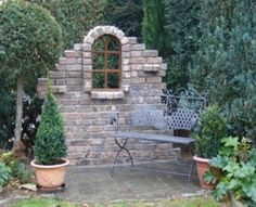 Ruinenmauer als optischer Blickfang im Garten Ruin wall as a visual eye-catcher in the garden Garden Deco, Garden Art, Diy Garden, Balcony Garden, Walled Garden, Garden Cottage, Garden Projects, Garden Inspiration, Backyard Landscaping