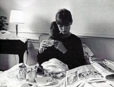Jean Shrimpton having breakfast in bed, 1965.