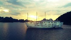 Check out top 8 best 5 star cruises in Halong Bay, the UNESCO World Heritage, to fully enjoy the luxury trip while contemplating the beauty of Vietnamese Nature. Ha Long Bay, Luxury Travel, Travel Guide, Cruise, Stars, World, Nature, The World, Naturaleza
