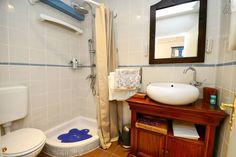 Schau Dir dieses großartige Inserat bei Airbnb an: Stanley Vintage Doppelzimmer - Häuser zur Miete in Poreč Vanity, Vintage, Mirror, Bathroom, Furniture, Home Decor, Double Room, Ad Home, Dressing Tables