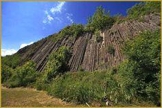 Photo en contre-plongée des orgues basaltiques d'Usson issus du refroidissement d'une coulée de lave, avec le temps la végétation a pris le dessus, ce qui offre de belles images de se site naturel d'exception. Photos du village classé d'Usson.