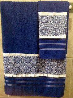 Jogo de Toalhas de banho e rosto Bathroom Towels, Kitchen Towels, Sewing Alterations, Decorative Towels, Ribbon Art, Towel Set, Hand Towels, Home Accessories, Sewing Projects