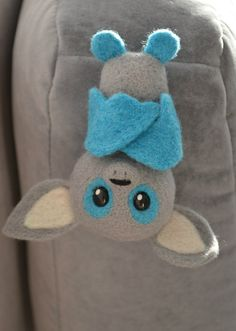 """Маленький летучий мышонок """"Мирк"""" ищет себе заботливого и любящего хозяина. Крылышки подвижные. Материалы: шерсть, полимерная глина (глазки). Высота мышонка (до основания ушек) - 10 см. В наличии."""