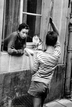 Two friends and a cat Paris 1950s / Nico Jesse