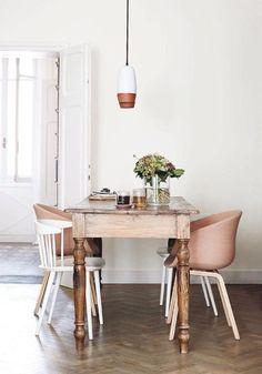 Die Mischung macht's: Vintage Esstisch und moderne Stühle in einem Zimmer mit…