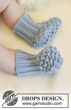 "Blueberry - Set consists of: Knitted DROPS pants, socks and jacket with round yoke and blackberry pattern in ""Alpaca"". - Free pattern by DROPS Design Baby Knitting Patterns, Baby Booties Knitting Pattern, Knit Baby Booties, Baby Hats Knitting, Knitting Socks, Baby Patterns, Free Knitting, Drops Design, Baby Hat And Mittens"