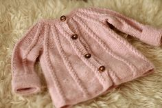 Amazing Knitting provides a directory of free knitting patterns, tips, and tricks for knitters. Knitting For Kids, Baby Knitting Patterns, Baby Patterns, Hand Knitting, Knit Baby Sweaters, Knitted Baby Clothes, Baby Knits, Cardigan Bebe, Baby Cardigan