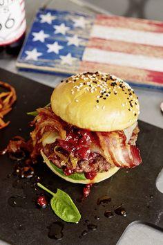 Chefkoch Burger mit karamellisierten Zwiebeln, Bacon aus dem Buchenrauch, Kirsch-Chili BBQ-Sauce, Babyspinat, White Cheddar und 150 g Beef im Brioche-Bun