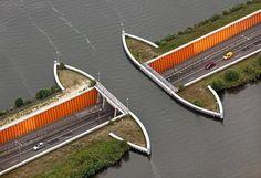 Os carros passam embaixo da ponte e os barcos, por cima.   Paesi Bassi, il ponte interrotto: un sottopasso sommerso