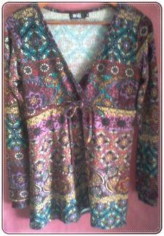 Blusa manga larga con escote en V y fruncido en el pecho. Estampados de colores. Talla M. 95% Viscosa, 5% Spandex - Manga: Larga http://www.aleko.kingeshop.com/Blusa-con-Escote-V-dbbababhg.asp