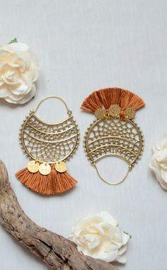 Boucle d'oreilles style bohèmes chics en doré, bijou pompons, boucle d'oreilles pompons, bijoux bohèmes chics