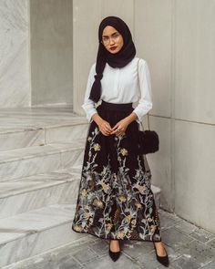 Adorable Floral Outfits Ideas For Spring – Hijab Fashion Modest Dresses, Trendy Dresses, Modest Outfits, Classy Outfits, Skirt Outfits, Floral Outfits, Hijab Casual, Hijab Outfit, Hijab Dress