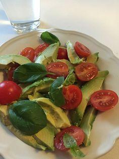 Avokado og tomat salat