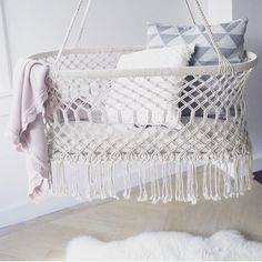 HANGING BASSINET. This lovely cradle is amazing for newborns! rustgevende hangwieg