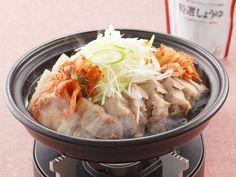 シンプルな蒸し豚にたっぷりのねぎとキムチを加えるので体も温まるメニューです。タジン鍋を使うと少ない水分で食材を蒸せるので、食材の美味しさを逃がしません。
