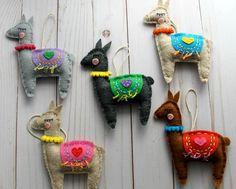 Pick your Color. Felt Ornaments Patterns, Felt Crafts Patterns, Handmade Ornaments, Christmas Craft Fair, Felt Christmas Ornaments, Holiday Crafts, Alpaca Toy, Diy Y Manualidades, Yule
