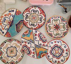 Mutlu pazarlar 😉❤💚 Fırından çıkmış halini merak edenlere gelsin. #modernçini #sofranızrenklensin #tilelove #tileart #milas #bodrum #çesme… Hand Painted Ceramics, Porcelain Tile, Folk Art, Funny Animals, Polymer Clay, Decorative Plates, Zentangle, Illustration Art, Delicate