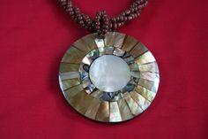 Colar com Medalhão Dourado  www.munayartes.com