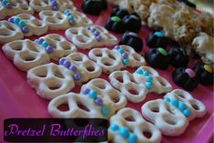 Pretzel Butterflies…perfect for any little girl's party! Too cute Minnie mouse garden party I think yes (Dots Pretzels Recipe) Butterfly Food, Butterfly Garden Party, Butterfly Birthday Party, Butterfly Baby Shower, Baby Shower Purple, Garden Birthday, Butterfly Cakes, Girl Birthday, Birthday Ideas